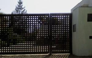Portón batiente cuadriculado y puerta peatonal