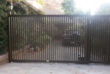 Portón corredera con puerta petonal